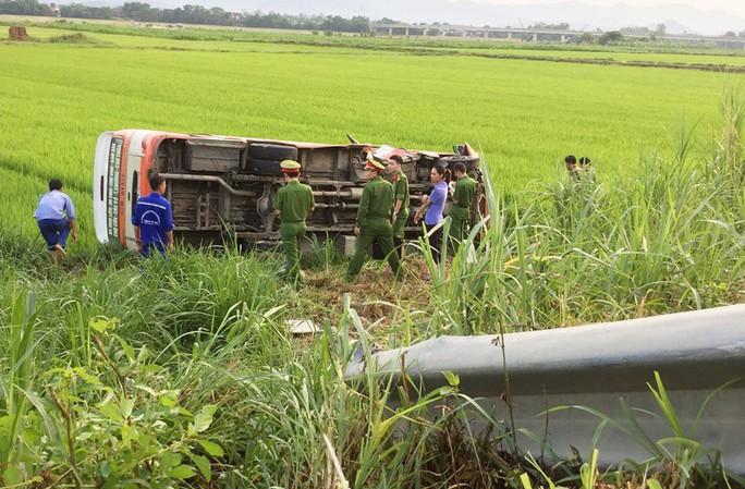 Xe buýt lao xuống ruộng lật nghiêng, 1 người chết nhiều người bị thương - Ảnh 1.