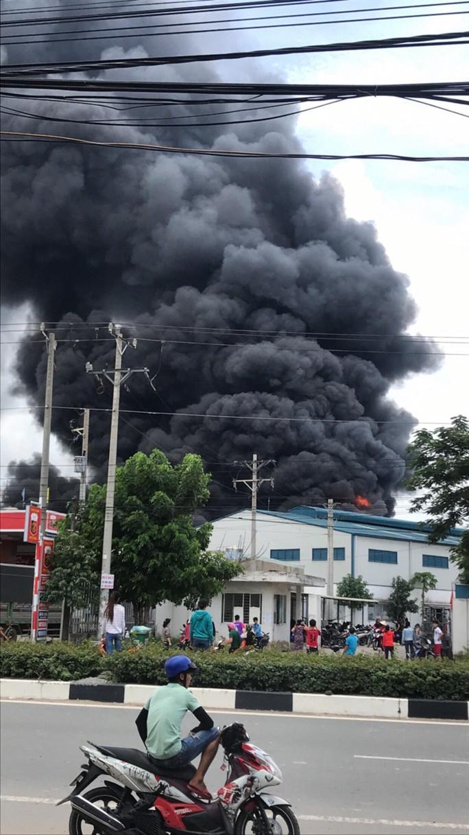 Sau tiếng nổ lớn, khói bao trùm cả 1 vùng trời thị xã Tân Uyên - Ảnh 3.