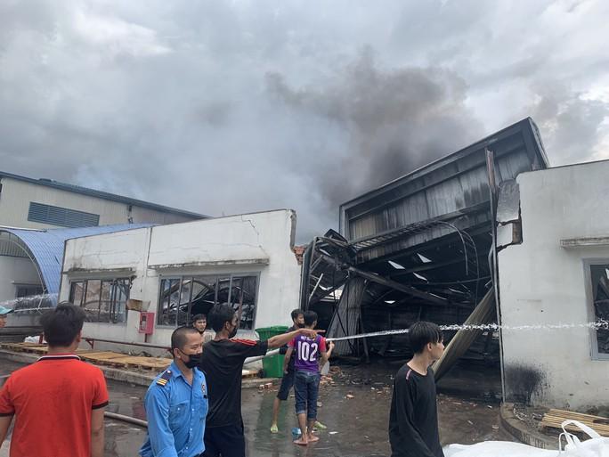 Sau tiếng nổ lớn, khói bao trùm cả 1 vùng trời thị xã Tân Uyên - Ảnh 5.