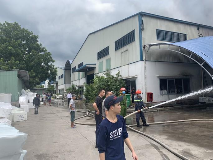 Sau tiếng nổ lớn, khói bao trùm cả 1 vùng trời thị xã Tân Uyên - Ảnh 6.