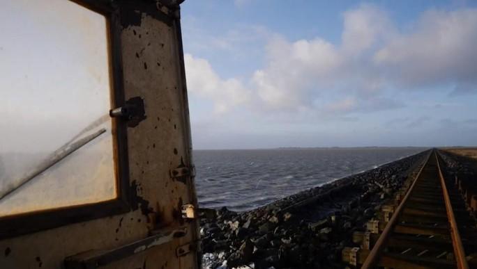 16 cư dân trên hòn đảo nhỏ thách thức biển cả - Ảnh 8.