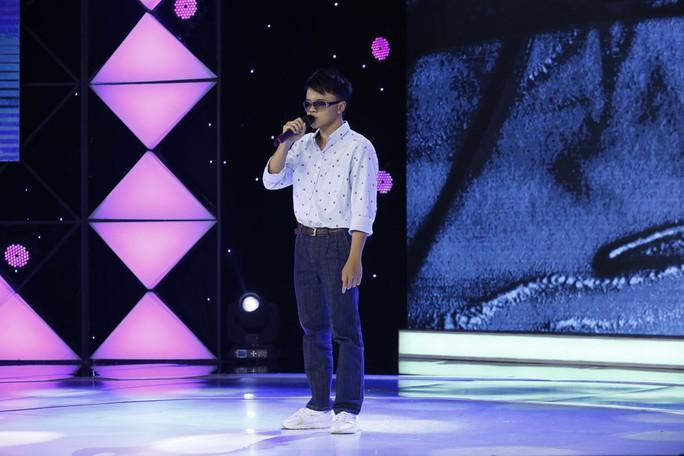 Clip: Trấn Thành nức nở với tiếng hát của thiếu niên khiếm thị 17 tuổi - Ảnh 1.