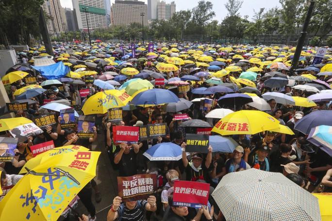 Hàng chục ngàn người Hồng Kông lại xuống đường biểu tình - Ảnh 1.