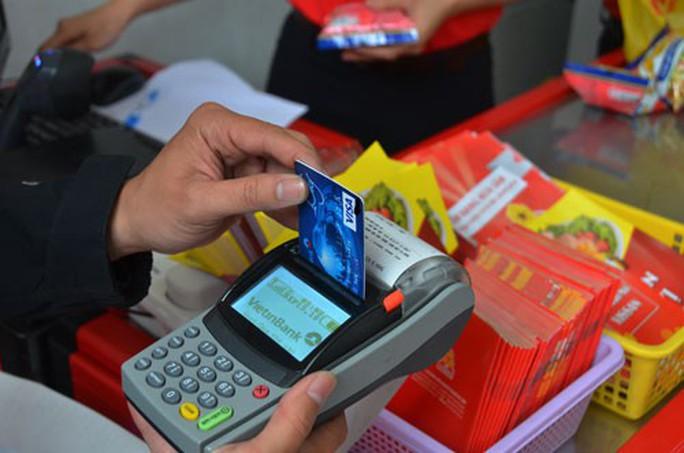 Lách luật rút tiền thẻ tín dụng - Ảnh 1.