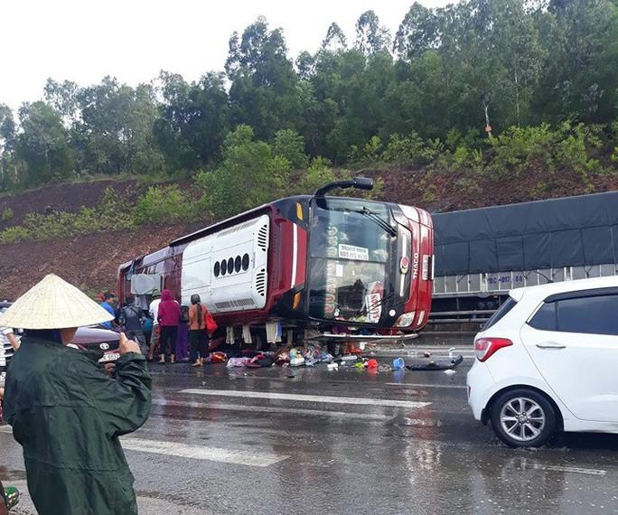 Phóng nhanh dưới trời mưa, xe khách lật trên QL1A, nhiều hành khách nhập viện cấp cứu - Ảnh 1.