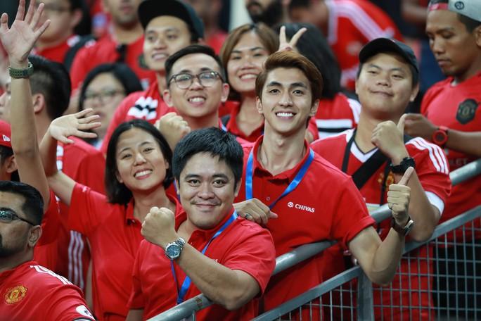 Người hâm mộ Việt Nam sang Singapore tiếp lửa Man United đánh bại Inter - Ảnh 3.