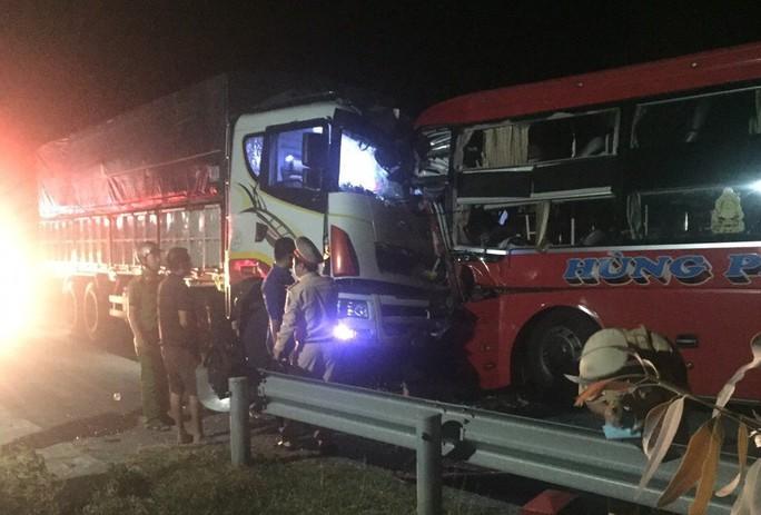 Xe khách vượt ẩu tông trực diện xe tải, tài xế tử vong, hàng chục người bị thương - Ảnh 1.