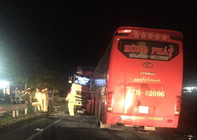 Xe khách vượt ẩu tông trực diện xe tải, tài xế tử vong, hàng chục người bị thương - Ảnh 3.