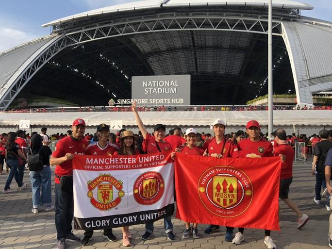 Người hâm mộ Việt Nam sang Singapore tiếp lửa Man United đánh bại Inter - Ảnh 1.