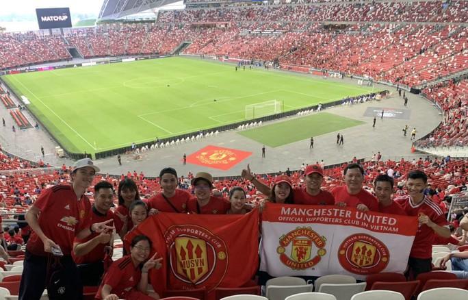 Người hâm mộ Việt Nam sang Singapore tiếp lửa Man United đánh bại Inter - Ảnh 2.