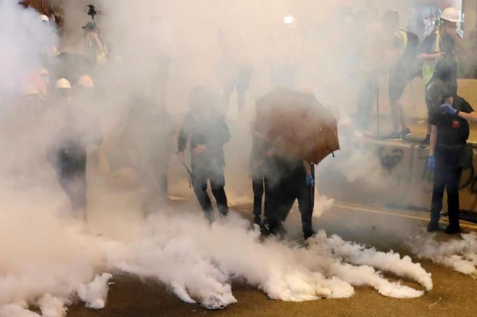 Hồng Kông: Cảnh sát trấn áp, để nhóm đeo mặt nạ đánh người biểu tình - Ảnh 5.