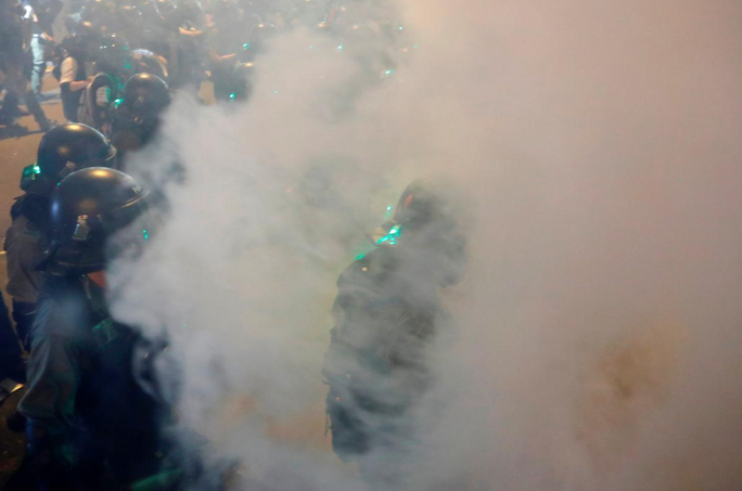 Hồng Kông: Cảnh sát trấn áp, để nhóm đeo mặt nạ đánh người biểu tình - Ảnh 2.