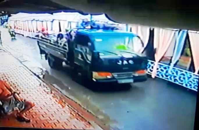 Vụ giang hồ nổ súng truy sát ở Tiền Giang: Tân móp đầu thú - Ảnh 1.
