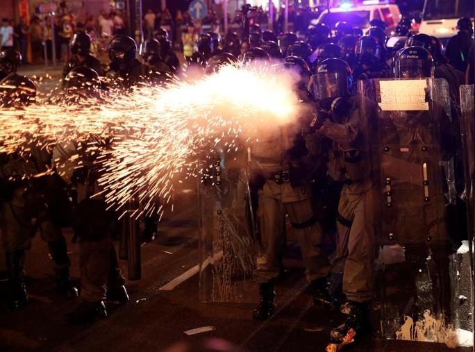 Hồng Kông: Cảnh sát trấn áp, để nhóm đeo mặt nạ đánh người biểu tình - Ảnh 4.