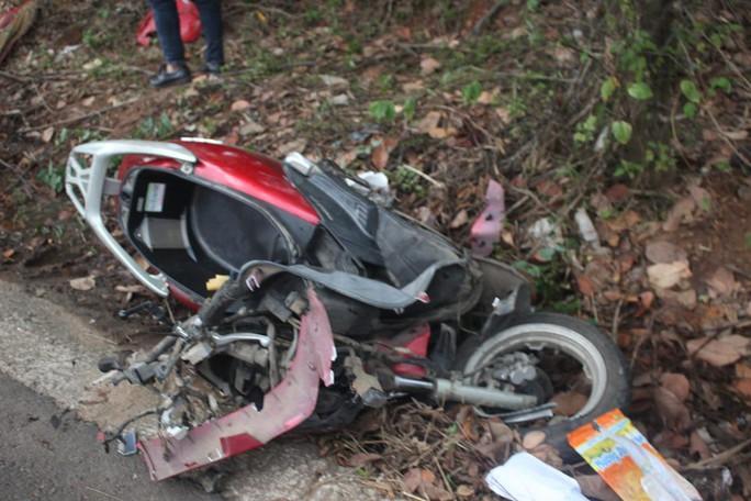 Taxi chạy tốc độ cao, lấn làn đường tông chết 2 cô cháu - Ảnh 1.