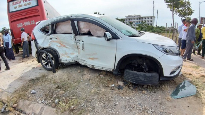 Xe giường nằm tông xe 7 chỗ bay lên vỉa hè, 2 người bị thương nặng - Ảnh 1.
