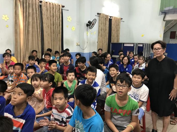 Nữ danh ca Phương Dung rơi nước mắt khi thăm trẻ mồ côi - Ảnh 2.