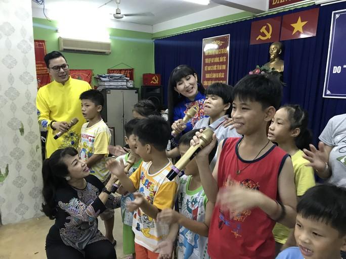 Nữ danh ca Phương Dung rơi nước mắt khi thăm trẻ mồ côi - Ảnh 5.