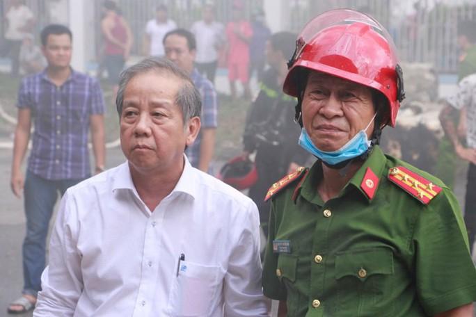 Kho hàng cháy dữ dội, chủ tịch tỉnh đến hiện trường chỉ đạo chữa cháy - Ảnh 3.