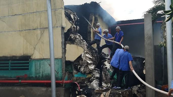 Kho hàng cháy dữ dội, chủ tịch tỉnh đến hiện trường chỉ đạo chữa cháy - Ảnh 2.