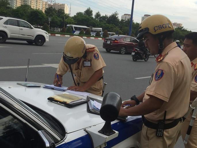 TP HCM: 2 người lái xe sang cố thủ nhiều giờ khi bị CSGT kiểm tra - Ảnh 2.