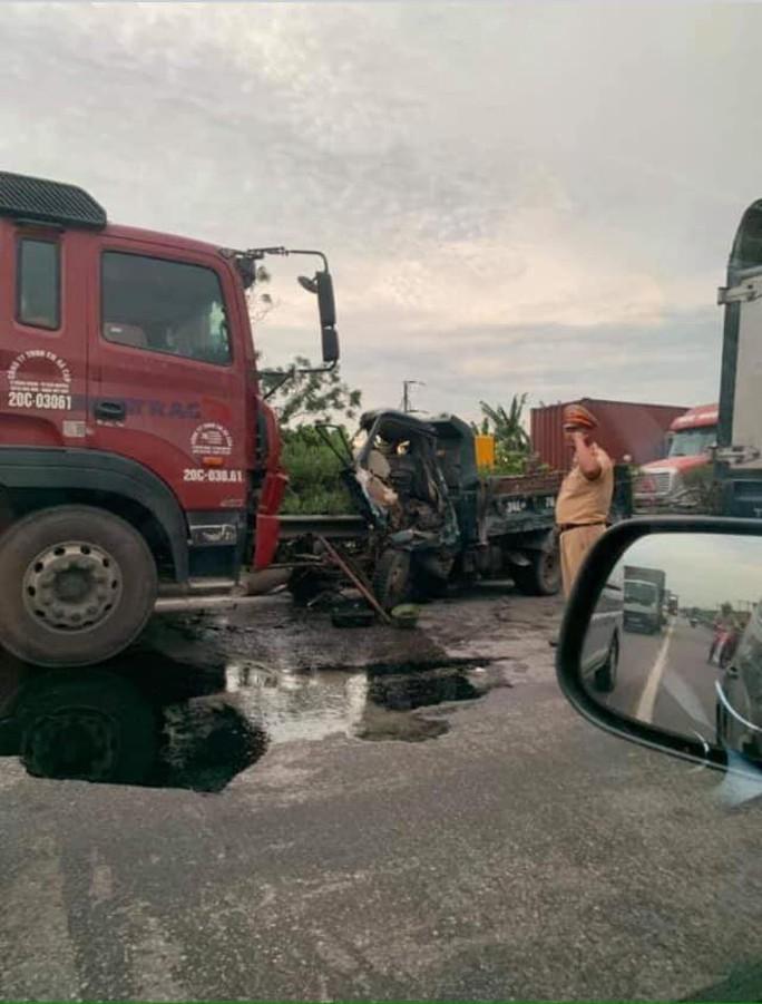 Tai nạn giao thông thảm khốc ở Hải Dương, ít nhất 5 người thiệt mạng - Ảnh 2.
