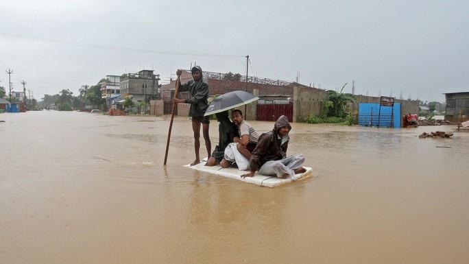 Bão sét, lở đất giết 32 người ở Ấn Độ và Trung Quốc - Ảnh 1.
