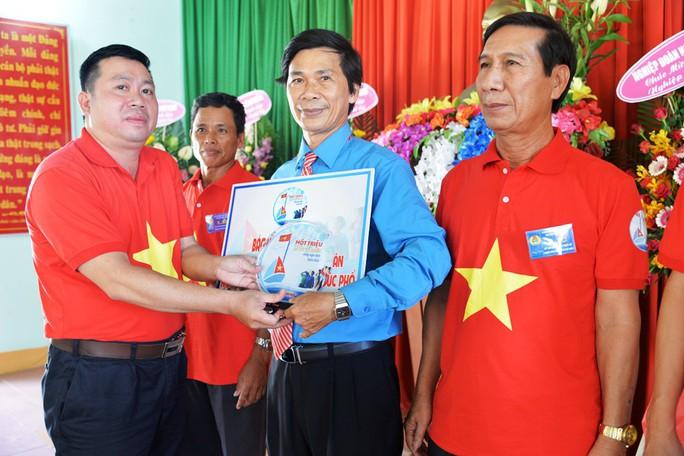 Tiếp tục trao 1.000 lá cờ Tổ quốc cho ngư dân Quảng Ngãi - Ảnh 1.