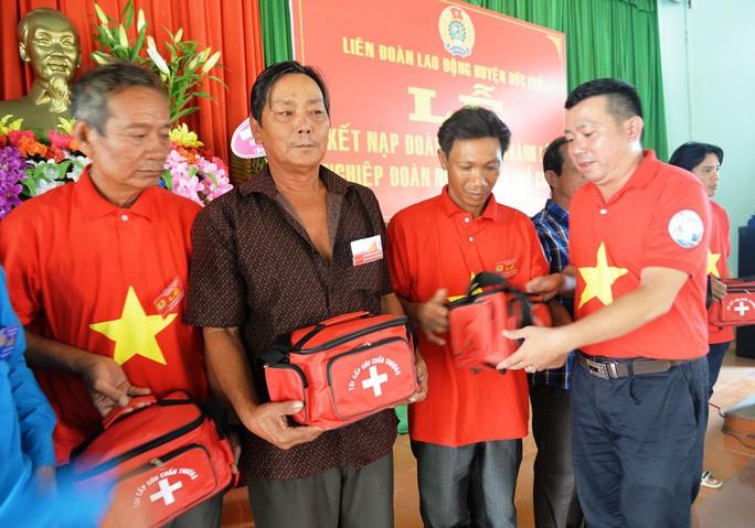 Tiếp tục trao 1.000 lá cờ Tổ quốc cho ngư dân Quảng Ngãi - Ảnh 6.