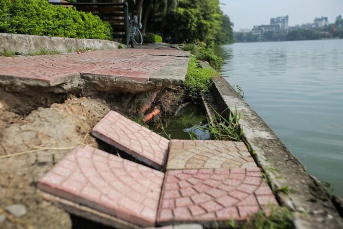Bờ kè quanh hồ Gươm sụt lún đã nhiều năm nhưng chưa được khắc phục - Ảnh 4.