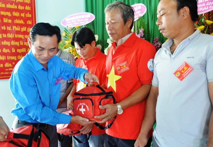 Tiếp tục trao 1.000 lá cờ Tổ quốc cho ngư dân Quảng Ngãi - Ảnh 4.