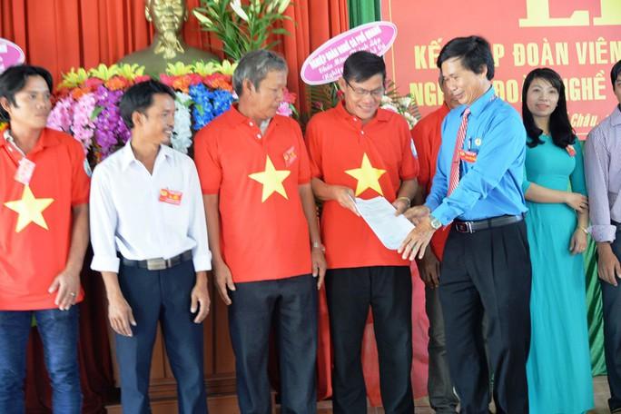 Tiếp tục trao 1.000 lá cờ Tổ quốc cho ngư dân Quảng Ngãi - Ảnh 5.