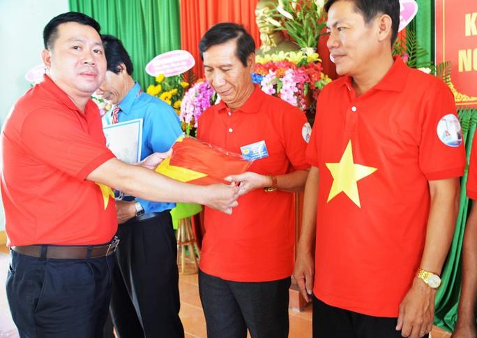 Tiếp tục trao 1.000 lá cờ Tổ quốc cho ngư dân Quảng Ngãi - Ảnh 2.