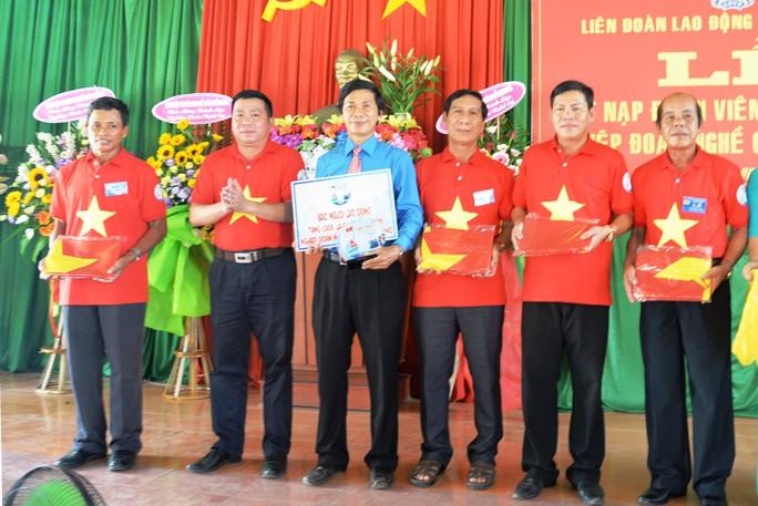Tiếp tục trao 1.000 lá cờ Tổ quốc cho ngư dân Quảng Ngãi - Ảnh 3.