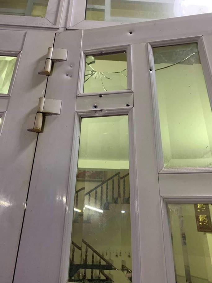 Mặc áo mưa, đeo khẩu trang dùng súng bắn vào nhà dân giữa đêm - Ảnh 2.