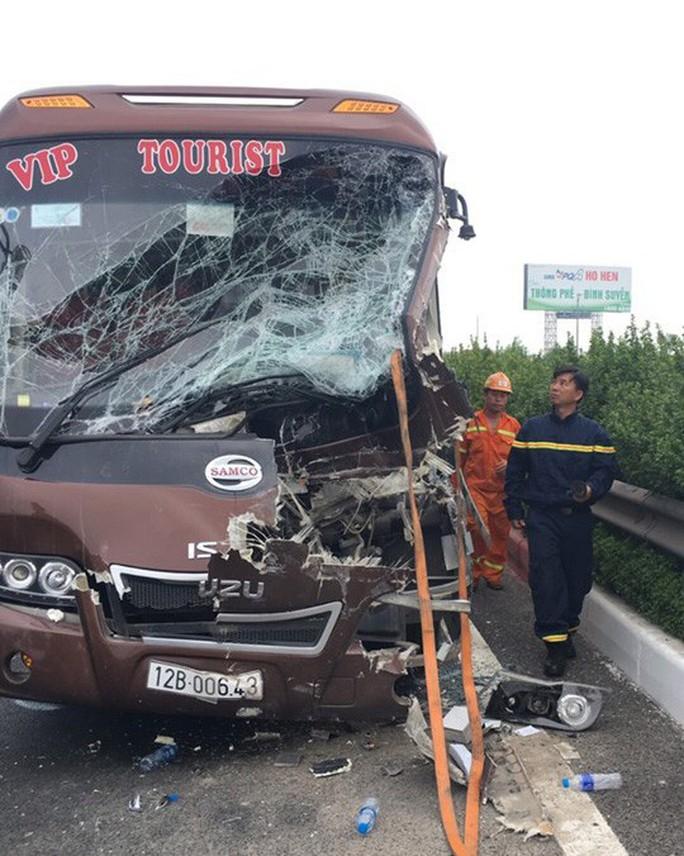 Liên tiếp các vụ tai nạn giao thông thảm khốc: Gọi là giặc chứ là gì? - Ảnh 1.