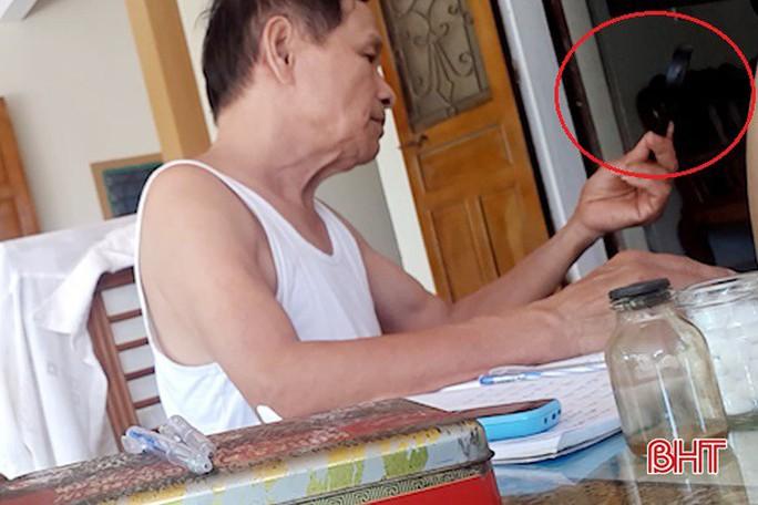 Thầy lang ở Hà Tĩnh dùng kính lúp chẩn đoán... bệnh dại! - Ảnh 3.