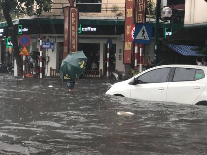 Người Hà Nội bì bõm trong cơn mưa lớn, nhiều tuyến phố ngập nặng - Ảnh 3.