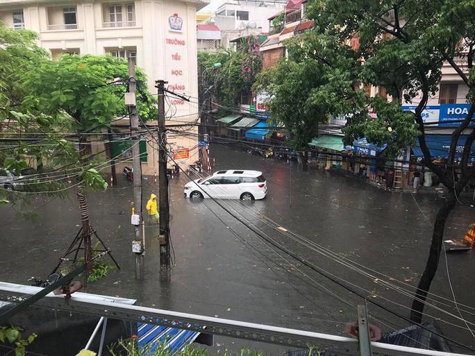 Người Hà Nội bì bõm trong cơn mưa lớn, nhiều tuyến phố ngập nặng - Ảnh 4.