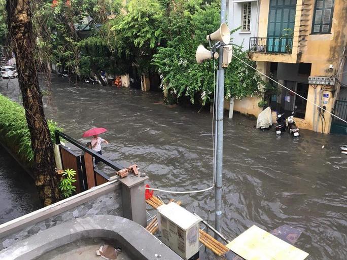 Người Hà Nội bì bõm trong cơn mưa lớn, nhiều tuyến phố ngập nặng - Ảnh 5.