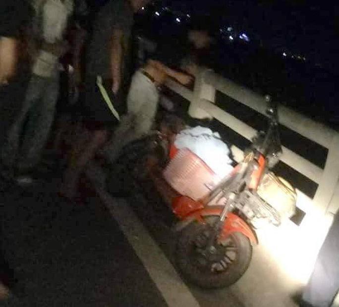 Giữa đêm, người vợ trẻ đi xe đạp ra giữa cầu rồi nhảy xuống sông Lam tự vẫn - Ảnh 1.