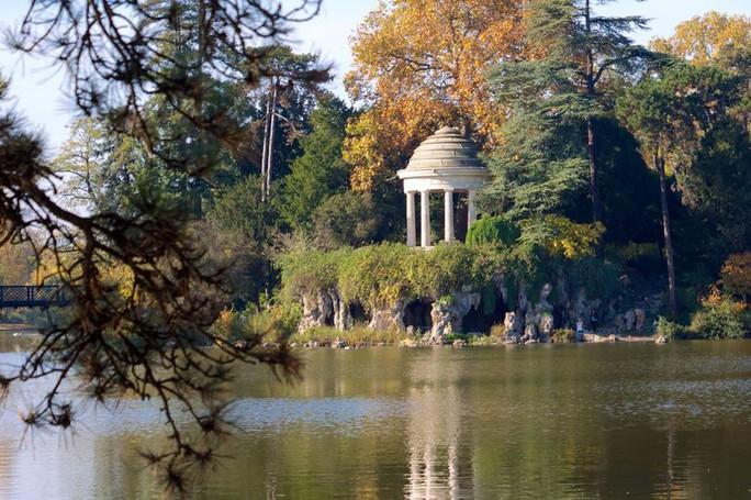 Người khỏa thân ở công viên Paris phàn nàn vì bị quấy rối - Ảnh 1.