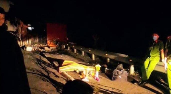 Lật xe làm trên đèo Mang Yang làm 1 người chết, Quốc lộ 19 tê liệt  - Ảnh 1.
