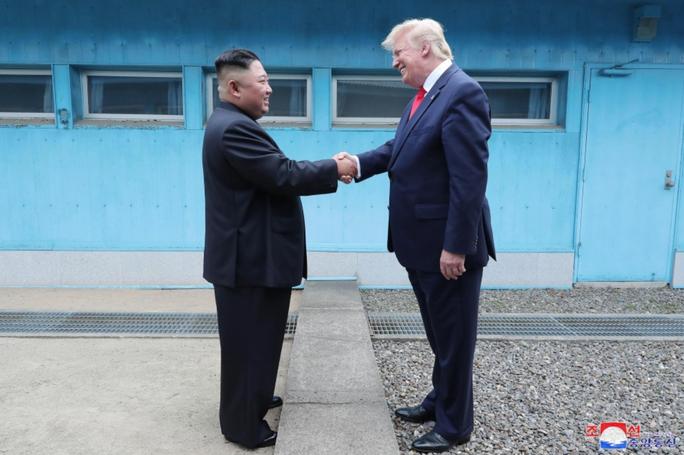 Phản ứng bất ngờ của ông Trump trước vụ Triều Tiên phóng tên lửa - Ảnh 1.