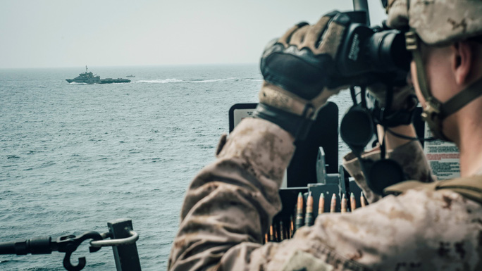 Hải quân Anh hộ tống tàu hàng qua eo biển Hormuz - Ảnh 1.