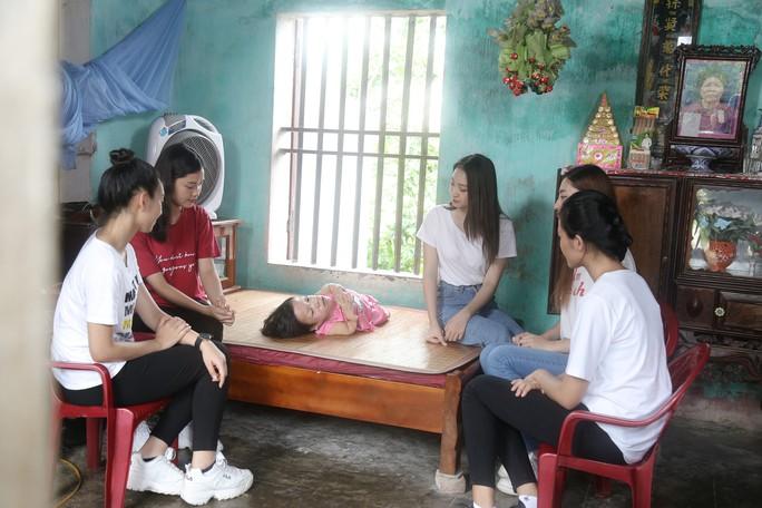 Người phụ nữ dị tật truyền cảm hứng cho thí sinh Miss World Việt Nam - Ảnh 1.