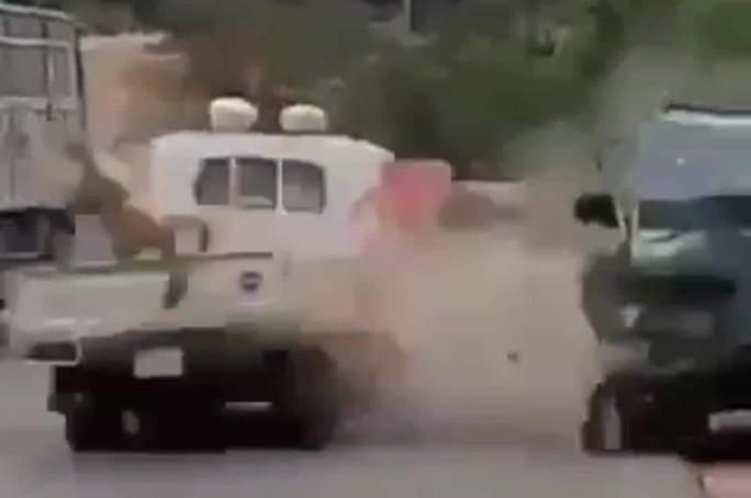 Chặn xe nghi vi phạm, một  CSGT bị xe tông trọng thương - Ảnh 2.