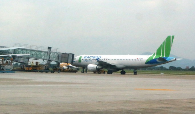 Hành khách mở cửa thoát hiểm ngay trước giờ máy bay cất cánh từ Cam Ranh đi Hà Nội - Ảnh 1.