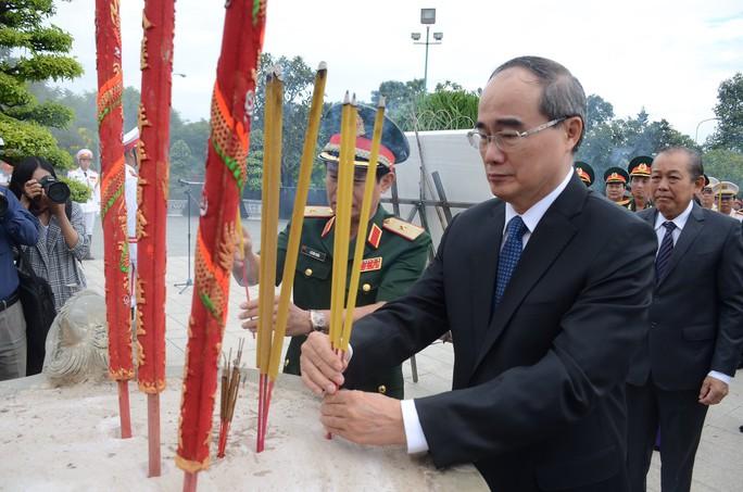 Lãnh đạo TP HCM dâng hương các anh hùng liệt sĩ - Ảnh 3.