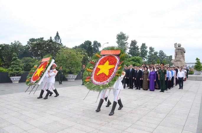 Lãnh đạo TP HCM dâng hương các anh hùng liệt sĩ - Ảnh 1.